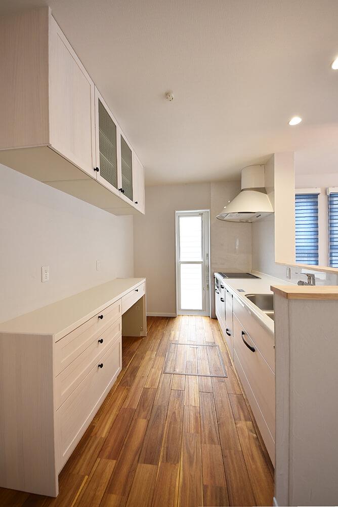 白い無垢の木キッチン