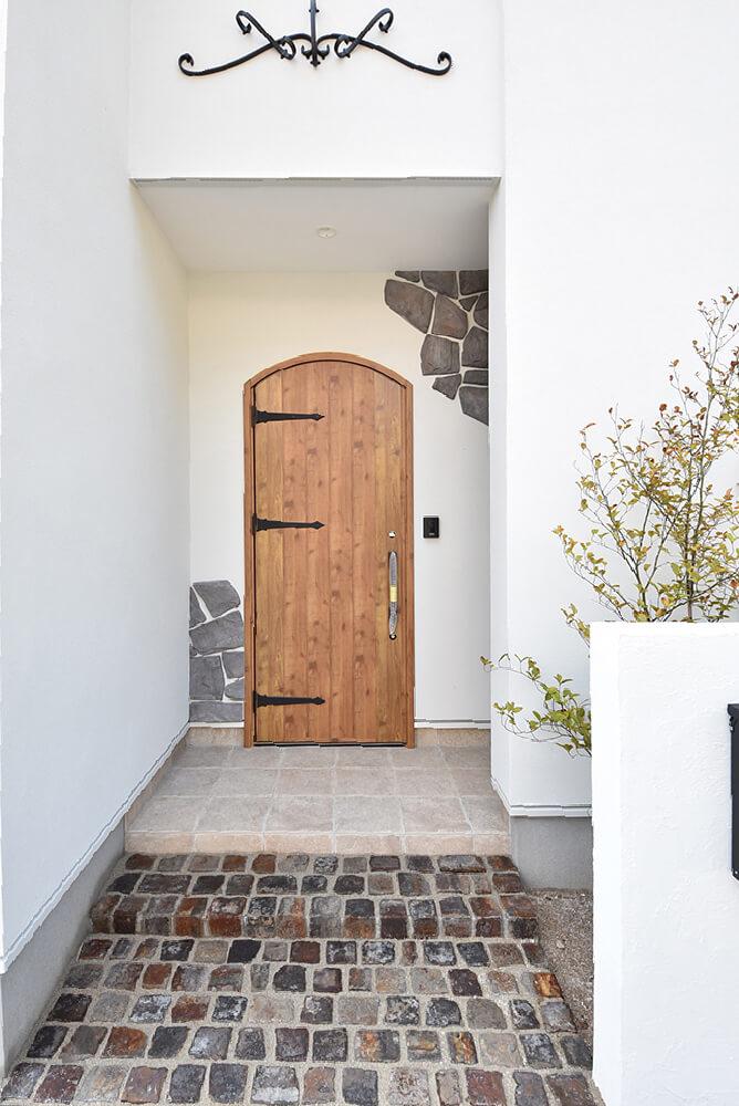 石張りとアンティーク調の玄関ドア