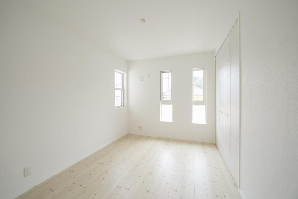 白いクロスで明るい子供部屋