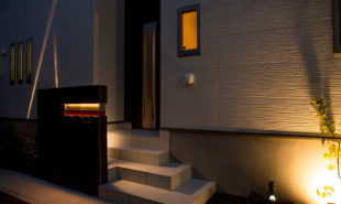 薄暮の玄関アプローチ 間接照明