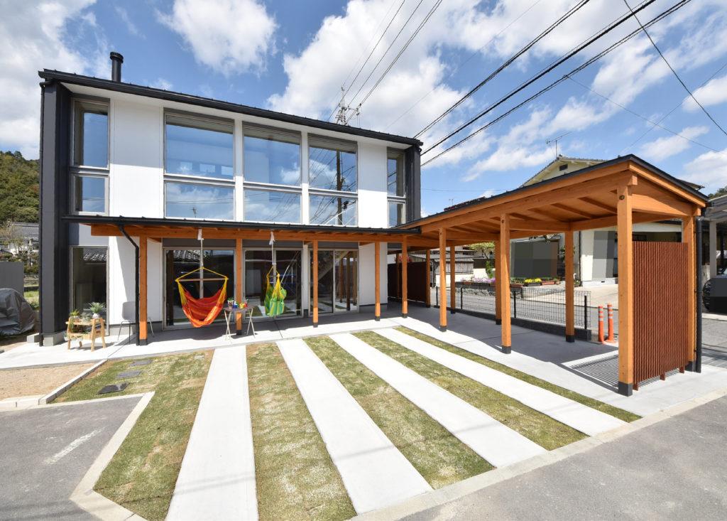 アウトドアテラスが特徴的な外観デザインの家