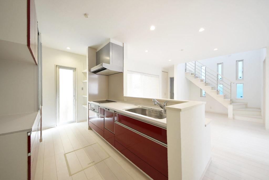 赤と白のコントラストが映えるキッチン