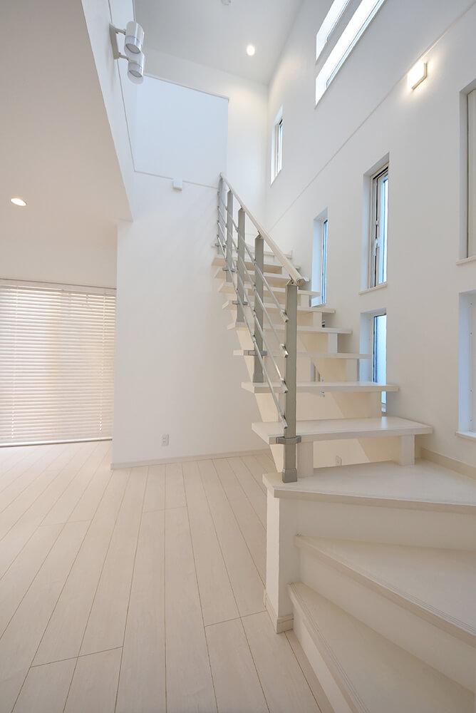 白のスケルトン階段と吹き抜け空間