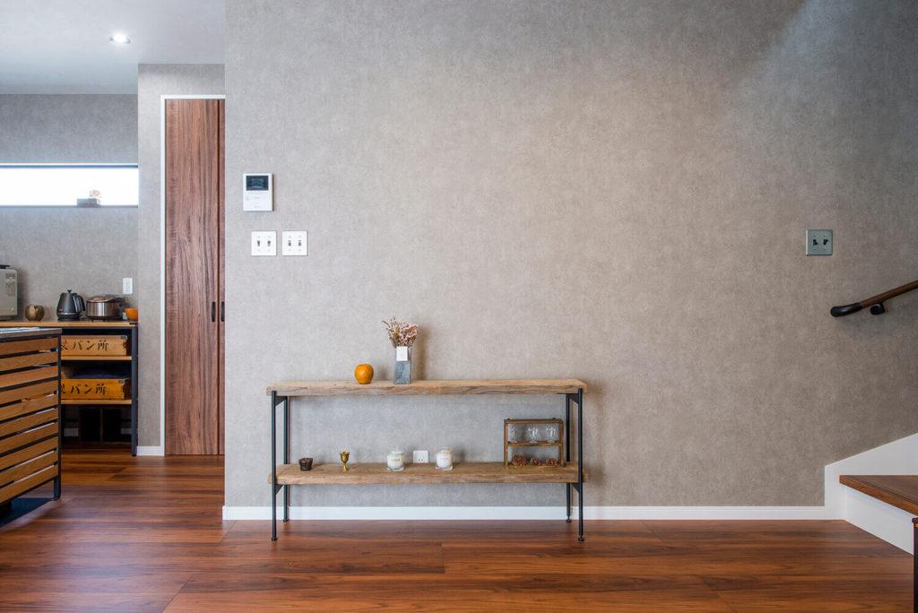 レトロなデザインの家具とスイッチ