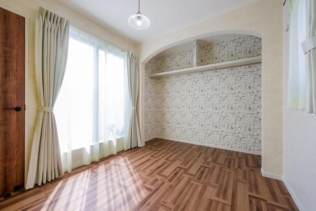 クロゼットの壁紙が素敵な2階洋室