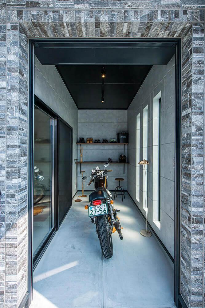 自慢のバイクガレージは3帖大