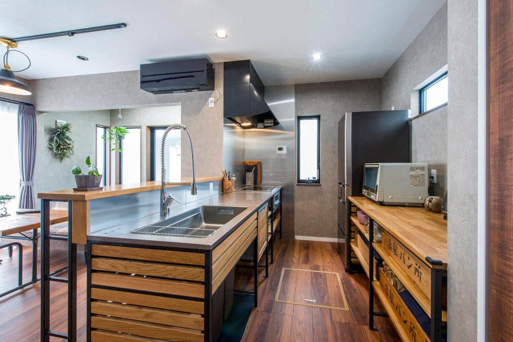 無骨なデザインのフレームキッチン