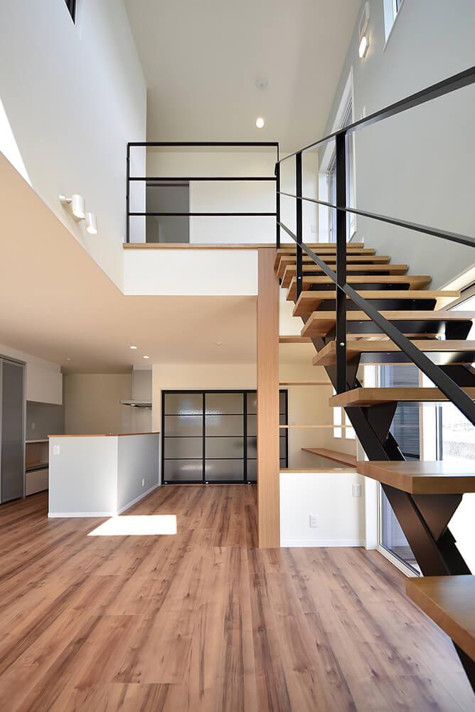 吹抜け空間のスケルトン階段
