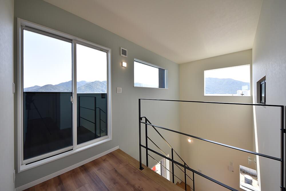 2階ホールから海景色を望む